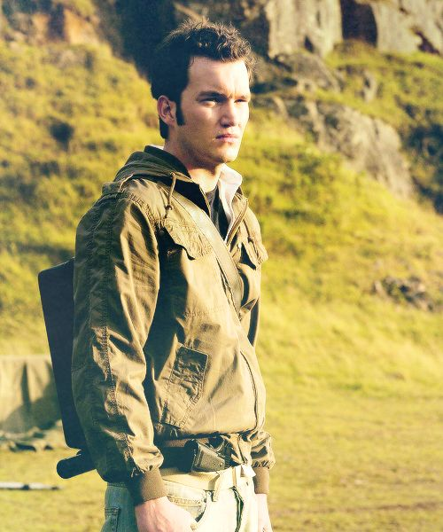 I love Ianto in that outfit. Poor thing has the worst luck in that episode but he looks great.