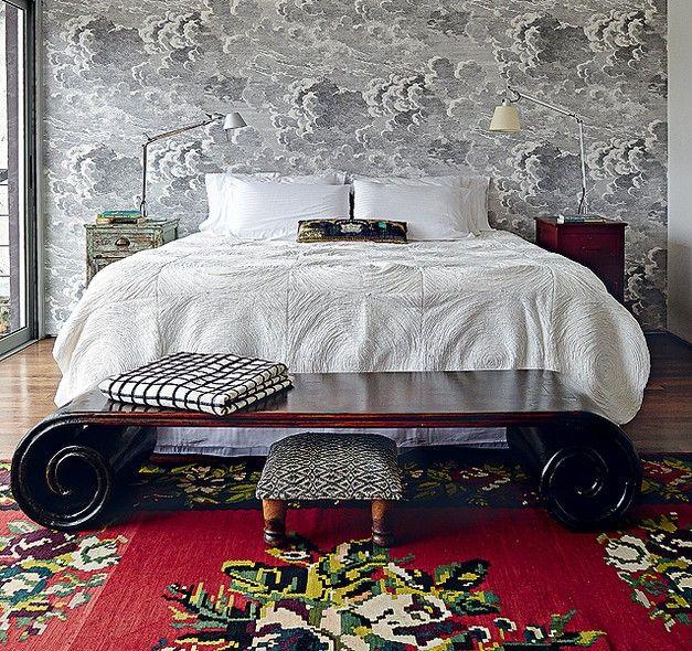 O quarto tem papel de parede da marca italiana Fornasetti combinado com peseira chinesa e tapete artesanal da Turquia. A mistura de estampas e origens é uma das marcas do estilo bohemian. Projeto da arquiteta Daniela Ruiz