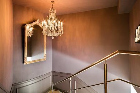 Entrada escalera casa de citas en Barcelona | La Suite Barcelona #lujo #lampara #araña #espejo #escaleras #mirror #light #violet #stairs #club