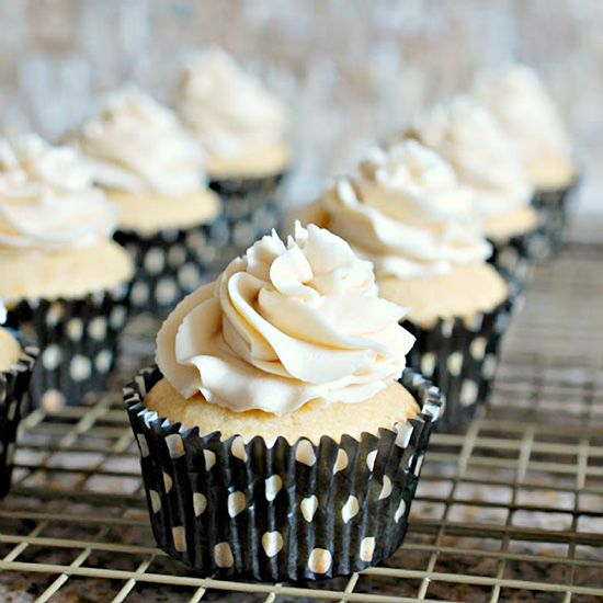 WHITE Russian Cupcakes. Cocktail-themed cupcakes are so fun to eat – including these White Russian cupcakes topped with a boozy Kahlua buttercream! #cupcakerecipes http://thecupcakedailyblog.com/white-russian-cupcakes/