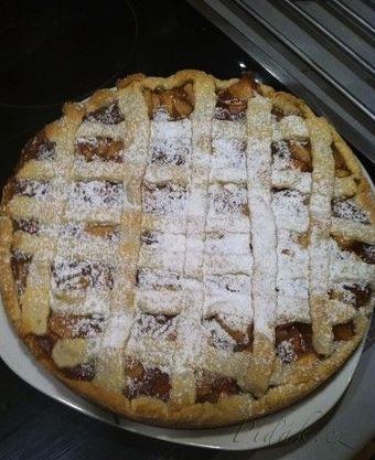Jablečný linecký koláč naší babičky 250 g hlad mouky 120 g cukru 130 g másla 1 vejce 4 velká jablka vanil pudink 2 PL mouč cukru 4 KL skořice citron šťáva 450ml vody Máslo nakrájíme do mouky a přidáme vejce a cukr. Uhněteme těsto, které necháme 60 min v chladu. Nakrájime jablka dáme skořici a mouč cukr, promícháme vodu s vanil pudinkem a dáme k jablkům, vaříme 8 min. Z těsta kousek na mřížku. Do formy těsto - vyvýšený okraj. Nalijeme jablka, uděláme mřížku . Pečeme180° 40 min. Pocukrujeme