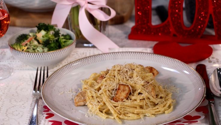 Chef, Claire Tansey shares this easy creamy garlic & chicken linguine pasta paired with a delicious broccoli & apple salad. A perfect meal for a quick weekday dinner.