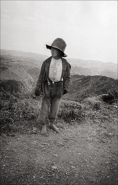 1935, Ilha de S. Miguel   Retracto de rapaz, Imagem fotografada pelo fotógrafo  Alemão Hanns Tschira que viajou no SS Columbus.