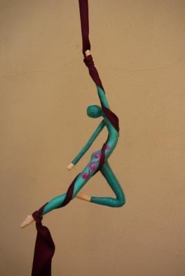 acrobata aérea de tela figura, colgante papel cartapesta                                                                                                                                                                                 Más