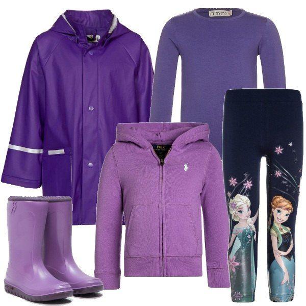 L'impermeabile con cappuccio removibile e gli stivali in gomma sono nei toni del viola. Sotto, la felpa con le tasche chiusa con la zip e la maglietta a maniche lunghe. I leggings blu scuro sono stampati coi personaggi di Frozen: Anna ed Elsa.