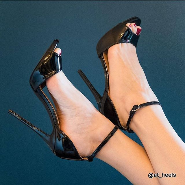 Black patent ankle strap open toe heels. Tacchi Close-Up #Shoes #Tacones #Heels