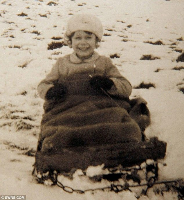 Schön The Queen On A Sledge As A Child. The Pictures Will Be Sold By Auctioneers
