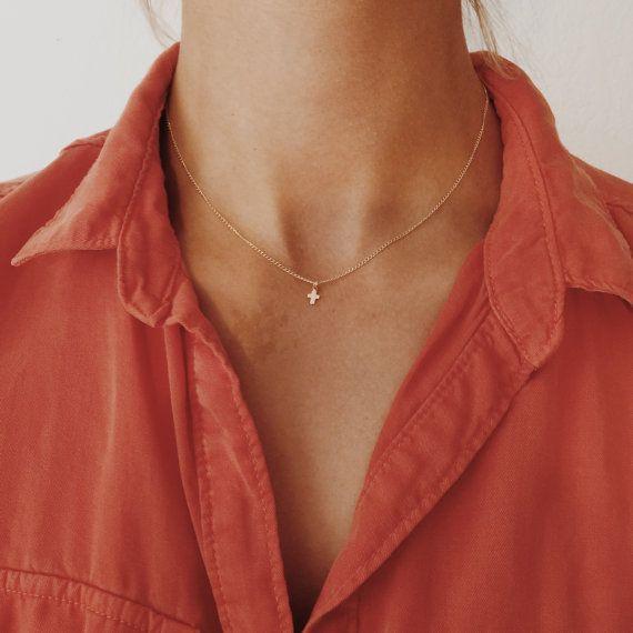 Or minuscule ou en or Rose Collier croix sur par JAYNEandJAMES