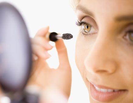TIPP für klumpige Wimperntusche: Klemmen Sie Ihre Wimpern vorsichtig mit einem … – Beauty Tips For Makeup