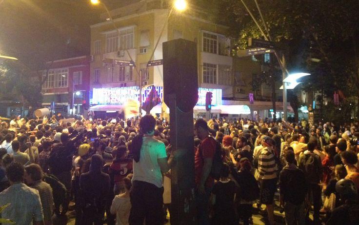 Protesto contra Cabral...momentos em frente a Pizzaria Guanabara (Leblon -RJ)