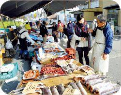 おしゃぎり会館(村上市郷土資料館)前の通りで毎月6回開催される六斎市は、100年近い歴史のある市場。早朝から100軒以上の露店が並び、地元の人たちの声も賑やか。野菜や山菜、手作りの総菜や日用品から鮭のお店も。試食を勧められ、店の人との会話が楽しくてつい長居してしまった