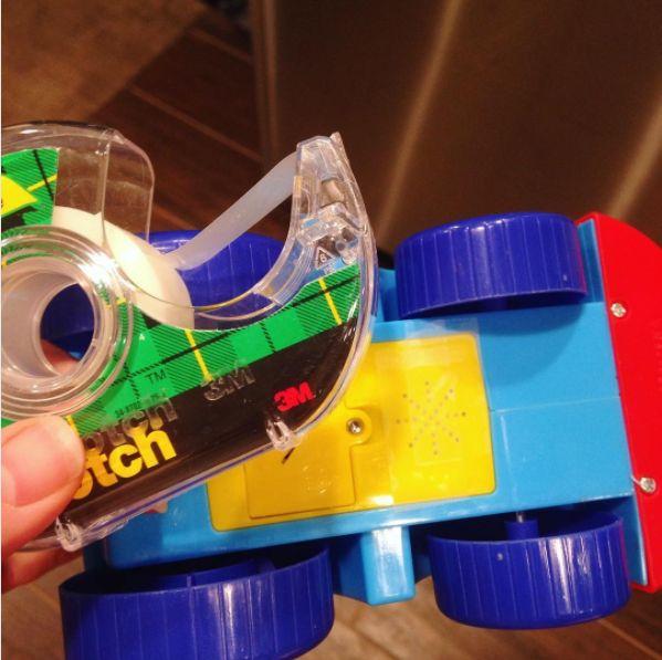 Ein Streifen Klebeband auf dem Lautsprecher reduziert den Geräuschpegel von Kinderspielzeug. | 100 geniale Lifehacks für Eltern, die Dein Leben leichter machen