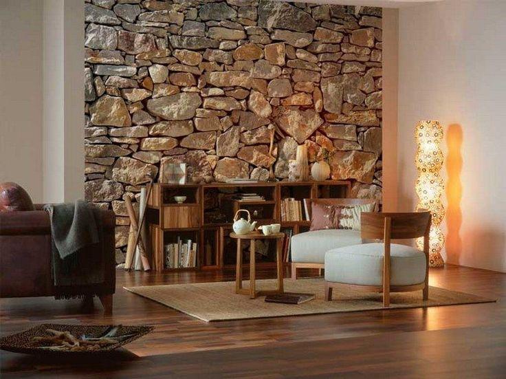 papier peint trompe l'œil imitation pierre naturelle, buffet en bois, fauteuils en bois rembourrés et lampadaire moderne