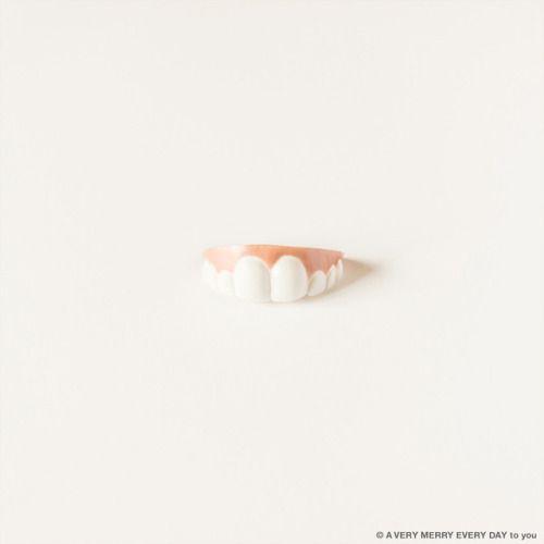 歯の日...  歯の日 毎月8日JP  毎月日は歯の日 今月も出ました 子ども用の仮装用の入れ歯です これはすごく前歯が大きい笑 他の入れ歯に比べると けっこう健康的な歯並びだと思います  これからもときどき入れ歯は出てきます 歯はたいせつ要かなめですからね 岡尾美代子