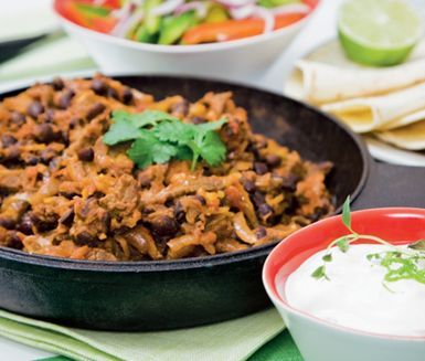 Livfull och kryddig mexikansk chili med nötkött, krossade tomater, svarta bönor, limejuice, spiskummin och tabasco. Till chilin serverar du en fräsch limeyoghurt och varma tortillabröd.