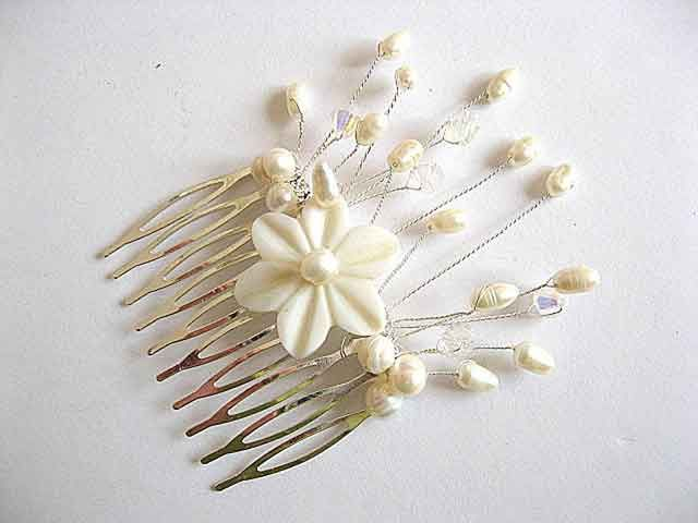 #Pieptăn #nuntă cu #floare de #sidef şi #perle naturale, #pieptăn #mireasă #lucrat #manual / #Wedding #bristle with #pearl #flower and natural #pearls, #handmade #bridal #comb / #진주 #꽃과 #천연 #진주, #수제 #신부 #빗 https://handmade.luxdesign28.ro/produs/pieptan-nunta-cu-floare-de-sidef-si-perle-naturale-pieptan-mireasa-22715/