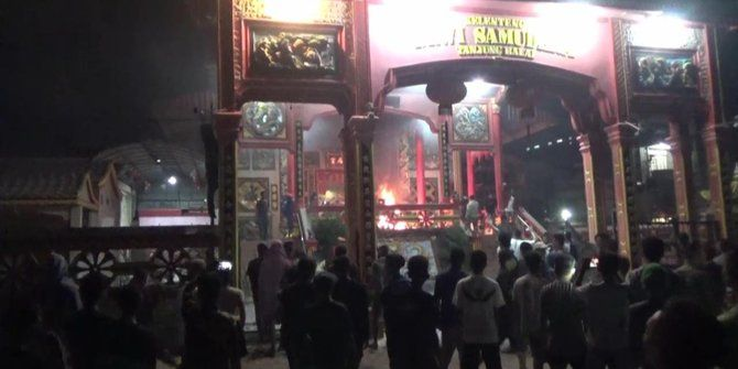 Terganggu Dengar Suara Adzan Picu Kerusuhan Berbau SARA di Tanjung Balai  Aksi massa di salah satu Vihara di Tanjung Balai Sumatera Utara  TANJUNG BALAI (SALAM-ONLINE):Kerukunan umat beragama yang selama ini terjaga dengan baik di Tanjung Balai Sumatera Utara tiba-tiba terusik setelah seorang warga keturunan Cina merasa terganggu dengan suara adzan di sebuah masjid dekat rumahnya pada Jumat (29/7) malam.  Maka seperti diberitakan dipicu dari protes terhadap panggilan adzan dari pengeras…
