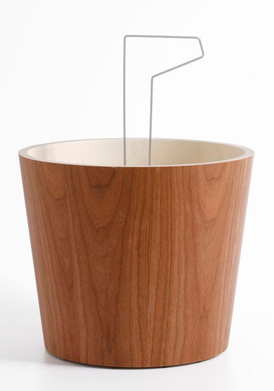 Design lectuurbak of magazinebak van Diamantini & Domeniconi. Schitterend met houtfineer afgewerkt. De Bucket heeft onderin de bodem zwenkwieltjes, zodat u makkelijk de (volle) Bucket kunt verplaatsen.