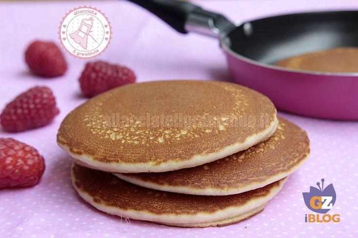 Pancake ricetta base facilissimi da preparare. bastano pochi ingredienti e potrete gustarli con frutta fresca, sciroppo d'acero, miele, nutella ...