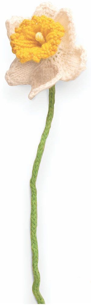 Knit a daffodil: free knitting pattern | More free flower knitting patterns at http://intheloopknitting.com/free-flower-knitting-patterns/