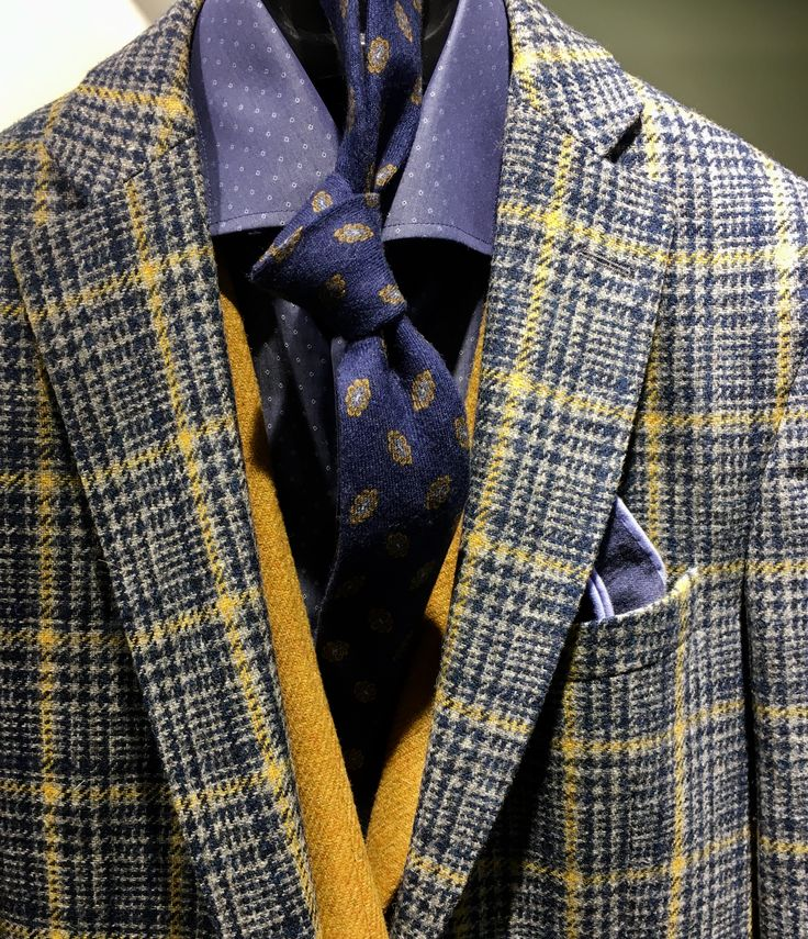 Wat een geweldige set is dit. Brutaal geruit tweed colbert gecombineerd met een mosterdgeel tweed vest. Beiden onderdeel van onze eigen Pakkenfabriek collectie. Combineer met een slanke chino of stoere jeans en je steelt de show! #pakkenfabriek #breda #denhaag #italianstyle #fashion #businessman #business #mrgrey #jacket #colbert #vests #waistcoat #yellow  https://www.pakkenfabriek.nl/collections/colberts/