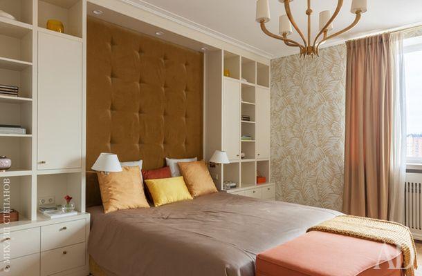 Спальня хозяев. Кровать и шкафы изготовлены на заказ. Обои, Hermès. Люстра, Circa.