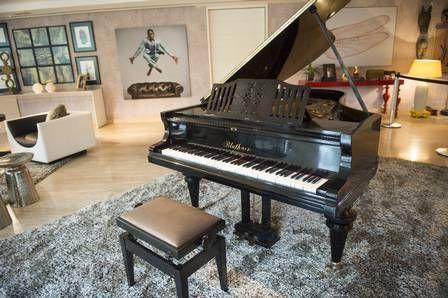 O imponente piano de cauda na sala                                                                                                                                                                                 Mais