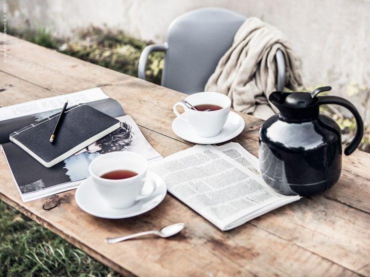 Duka upp med VÄRDERA tekopp med fat och samla dina tankar i SÄRSKILD anteckningsbok. IDEALISK tekula, mörkt blå termoskanna SLUKA.
