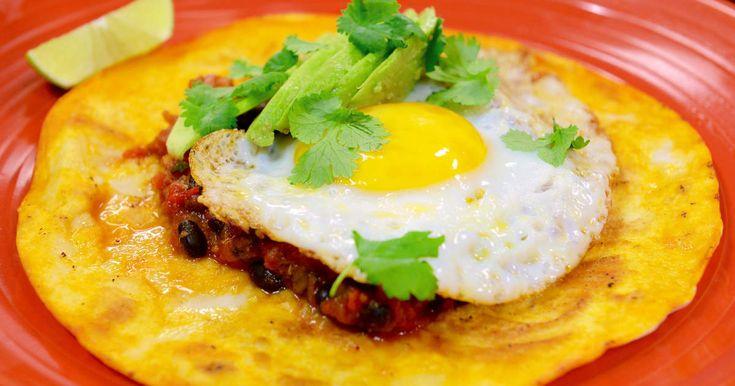 Ranchägarens ägg är en matig sydamerikansk rätt med stekt ägg, bön- och chorizoröra i ett stekt tortillabröd med fräsch lime, avokado och koriander.