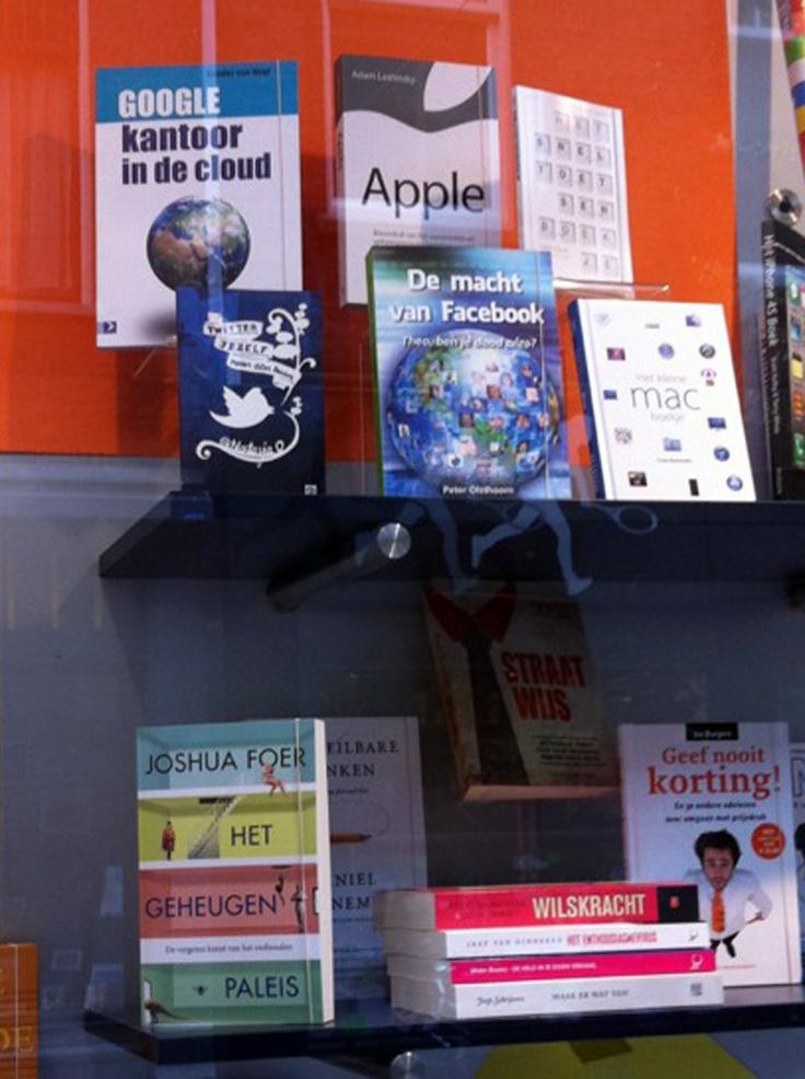 'Twitter jezelf naar een baan' is in de etalage van boekhandel Huyser in Delft gespot.