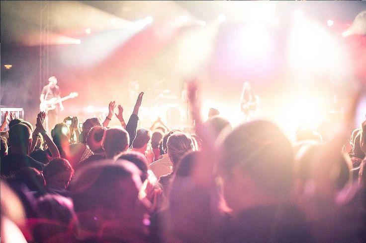 Vista del escenario desde el publico en un concierto en directo.