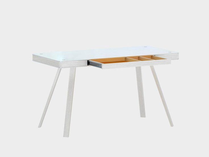 Deze weergaloze laptoptafel is een echte blikvanger. Het eigenwijze maar stijlvolle design valt direct op waardoor je niet om dedesignLaptoptafel Jahnke Smart Deskheen kunt. De gebruikte materialen maken het geheel compleet en zorgen voor een mooi aanzicht.