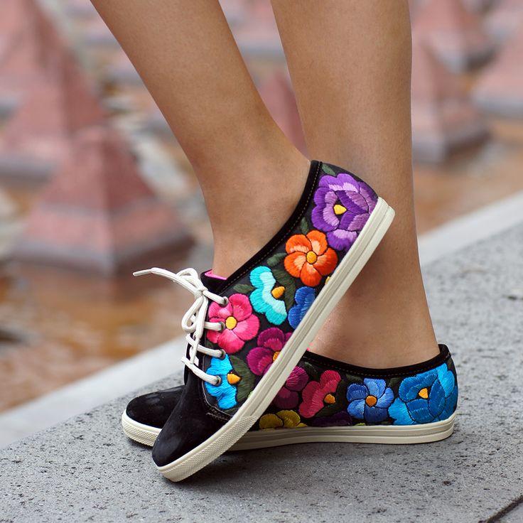 Hecho en México. Si quieres saber más sobre estos hermosos zapatos bordados 100% yucatecos, visita: lolkina.com/