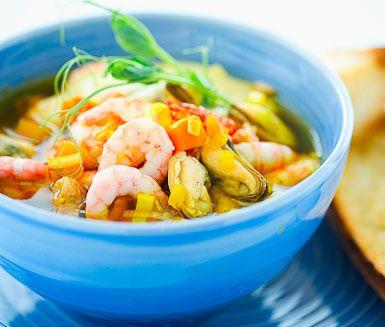 Skaldjurssoppa med aioli och vitlöksbröd är en lättlagad rätt med fulländade smaker. Rätten är intensiv i både smak och färg och har en fantastisk doft. Aiolin och vitlöksbrödet är perfekta tillbehör.