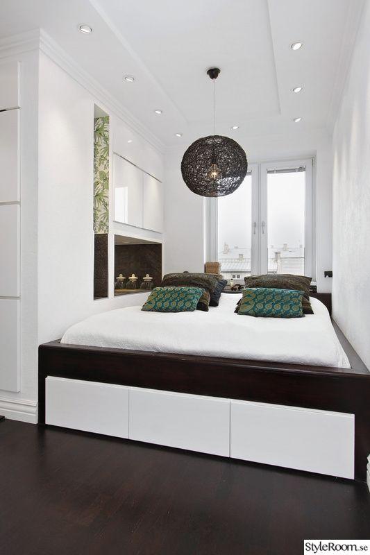 Platsbyggd säng i sovrum