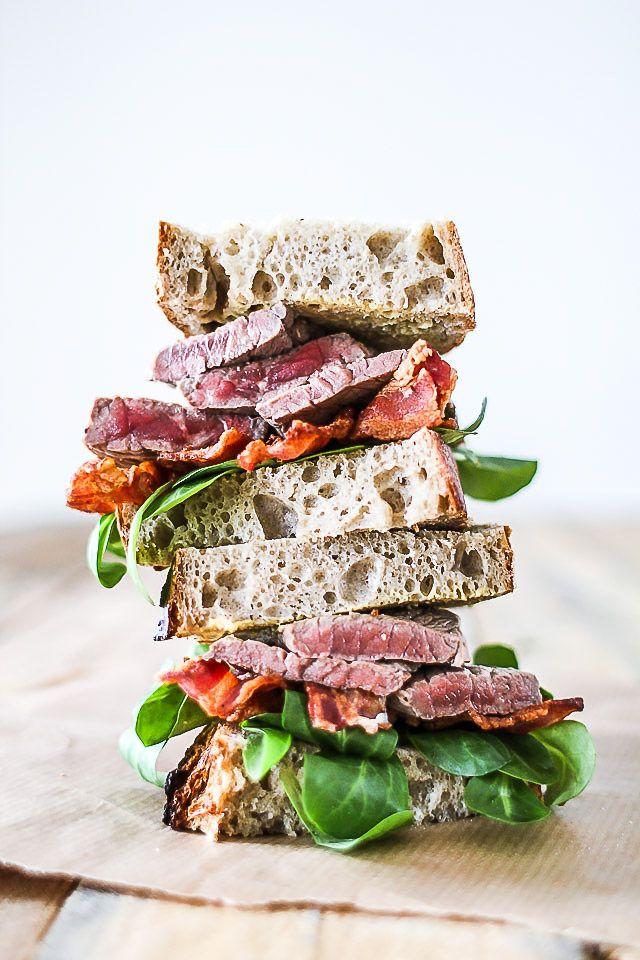 Lækker og enkel Steak Sandwich med groft brød, hjemmelavet løgmarmelade og rester af oksesteg. Den helt klassiske opskrift på ægte steak sandwich for mænd