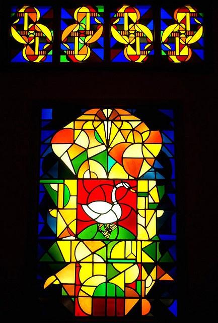 Theo van Doesburg ontwierp deze glas-in-loodramen voor de burgemeesterswoning in Broek in Waterland. Deze woning werd ontworpen door architect J.J.P. Oud.  Van Doesburg woonde van circa 1916 tot 1921 in Leiden waar hij de kunstenaarsbeweging De Stijl  See the latest   shows in     Manhattan on https://www.artexperiencenyc.com