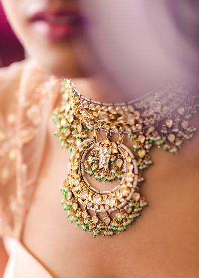 Indian Wedding Jewelry -Polki, Pearl and Emerald Choker Jewelry | Photography By Jaspal #wedmegood #indianbride #indianwedding #bridaljewelry #polkijewelry #polki #chokerjewlery