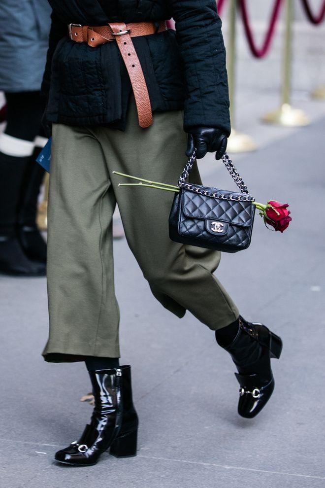 Manteau ceinturé, sac Chanel, pantalon kaki et bottes en cuir à la Fashion Week automne-hiver 2016-2017 de New York