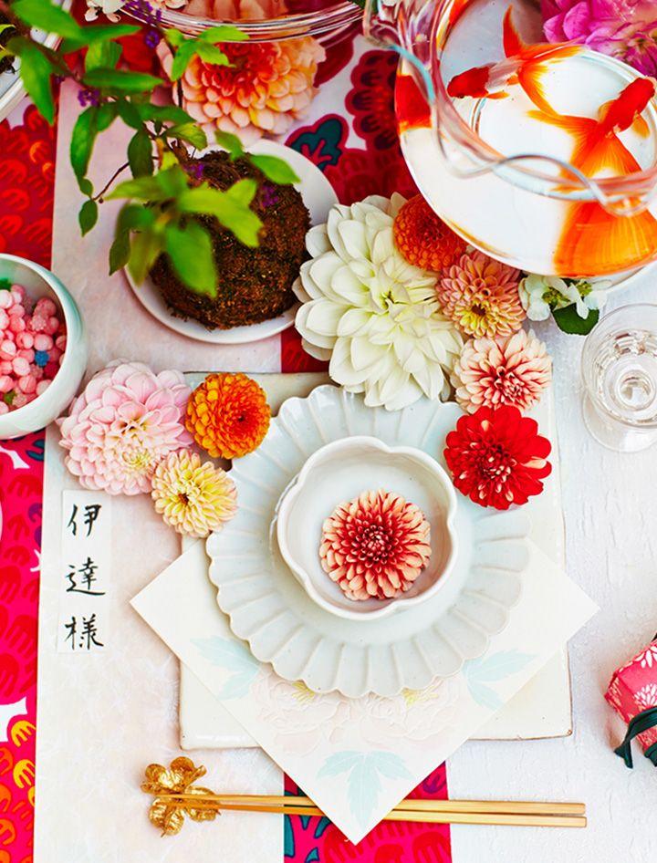 和にふさわしい披露宴のテーブルコーディネート。会場で用意してもらえるアイテムはできるだけシンプルなものをチョイスして、ふたりのテーマに合った色合いやプリントのものを足してみましょう♪