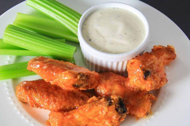 Крылышки Баффало — это популярной рецепт приготовления куриных крылышек в духовке, либо во фритюре. На сегодняшний день они имеют статус самых часто пригот