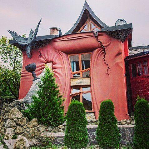 Танцующий дом в Праге отдыхает! Как вам такой домик в Банске Быстрице? Я бы пожила - однозначно! Сказочный дом уверенно лидирует в моём списке необычных и жутко интересных домов! )  #банскабыстрица #Словакия #banskabystrica #Slovakia #необычныедома #сказочныедомики