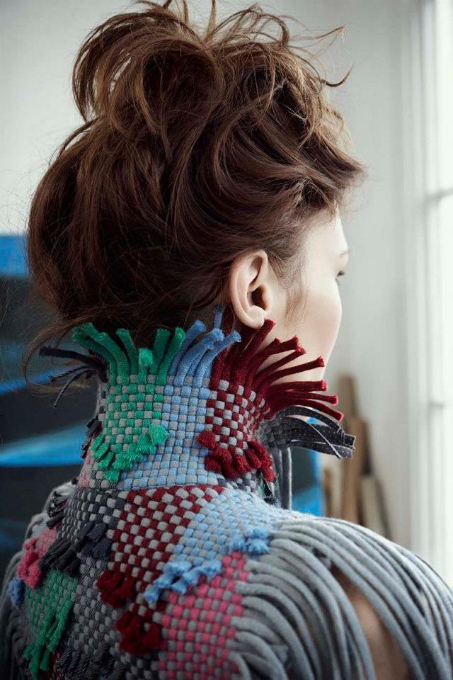 Un suéter de emmadaviesagency, creación de Julian Le Bas, hecho con trapillo en telar, de diseño moderno e innovador.