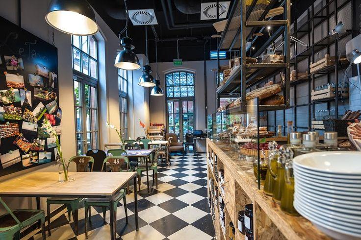 fot. Błażej Mroziński www.mrozinski.net.pl | www.le-targ.com | #letargbistro #interior #restaurant #cosy #beauty #beautiful #design #food #foodporn #yummy #starybrowar #poznan #lunch #dinner #perfect #place #decorations #lights #atmosphere #instafood #tables #chairs #eating #cuisine #stary #browar