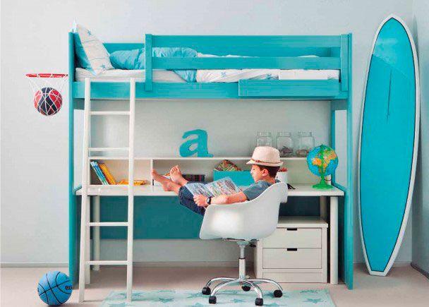 Dormitorio infantil con litera alta y mesa escritorio