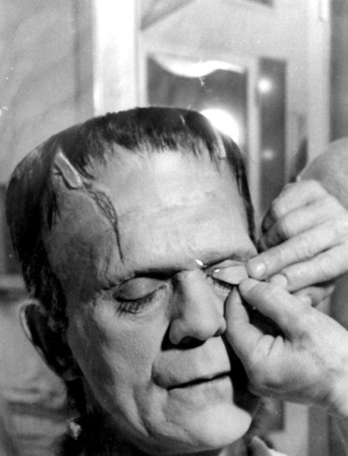 Karloff gets his eye lids applied by Make-Up Legend Jack Pierce for his role as the FRANKENSTEIN MONSTER. ( 1931 )