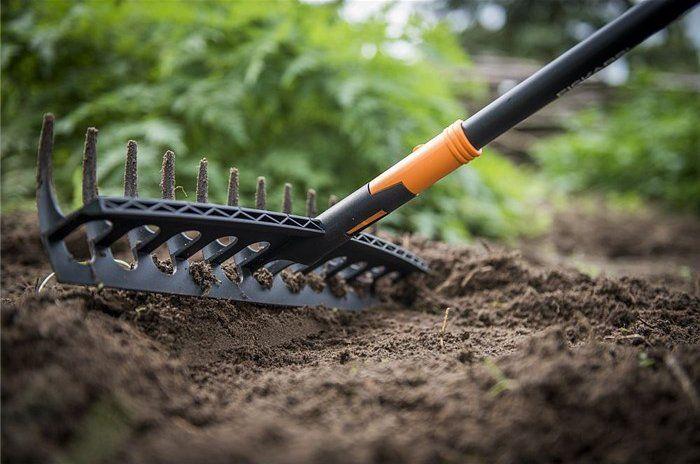 Hrábě univerzální Fiskars Solid, s pracovní šířkou 42 cm jsou ideální k hrabání trávy, nebo větviček. Hrábě jsou také vynikající k přípravě záhonů. Hrábě jsou lehké díky hliníkové násadě. Trvanlivá plastová pracovní část a horní hrana na rovnání povrchu záhonů.