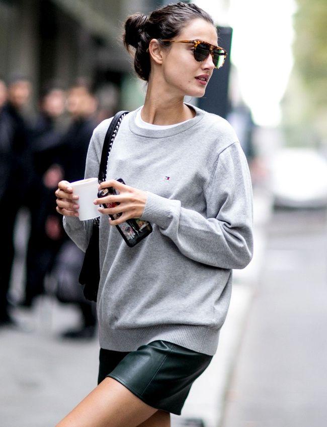 Casual et sexy, le duo mini jupe en cuir/sweat gris un brin ample reste une valeur sûre (photo The Impression)