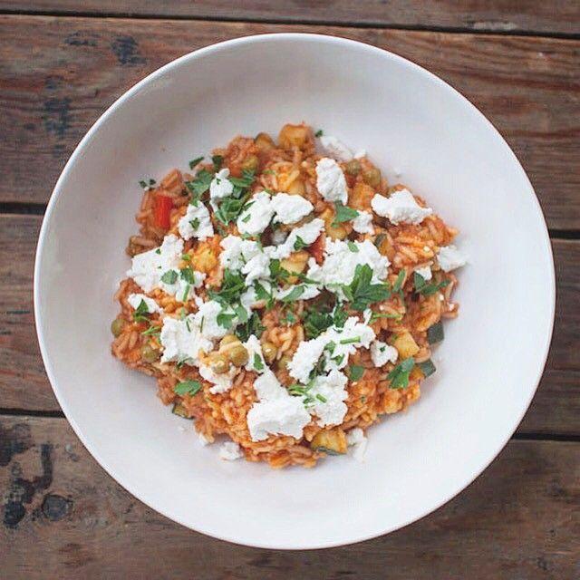Griekse tomatenrijst met feta; een lekker rijstgerecht met veel smaak. Lekker in combinatie met gehakt of gegrilde kip. Een fijn gerecht voor doordeweeks.