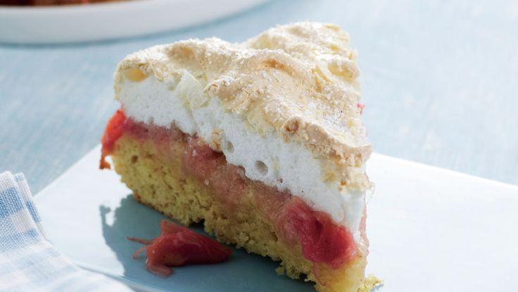 Skøn rabarberkage med låg af sød og sprød marengs. Lad kagen køle lidt af, før den skæres ud - den smager allerbedst helt friskbagt